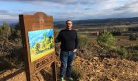 Pierre Bories présente les totems qui jalonnent le sentier de découverte du domaine Ollieux Romanis